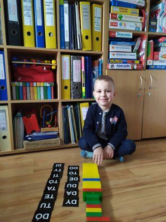 chłopiec siedzący na podłodze w gabinecie logopedycznym
